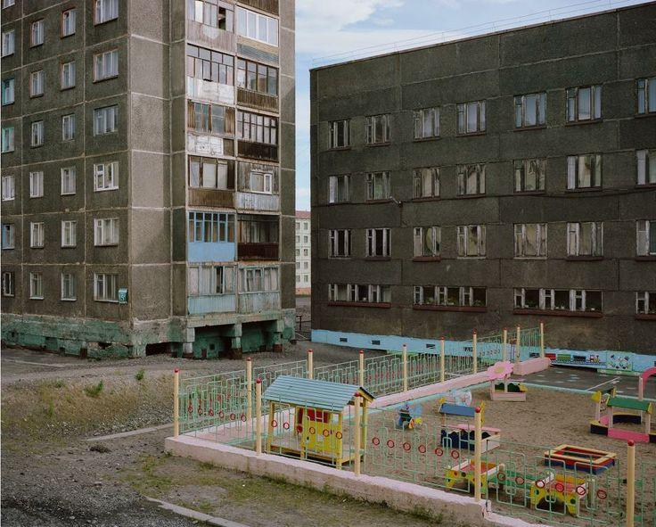 PHOTOGRAPHE : ALEXANDER GRONSKY  Norilsk est une ville industrielle de Russie située au nord du cercle polaire arctique. Construite en 1935 par des condamnés aux travaux forcés du régime stalinien pour exploiter les mines de la région, elle est aujourd'hui classée parmi les plus polluées au monde. Alexander Gronsky, né en 1980, à Tallinn, en Estonie, en a fait son dernier projet photographique.