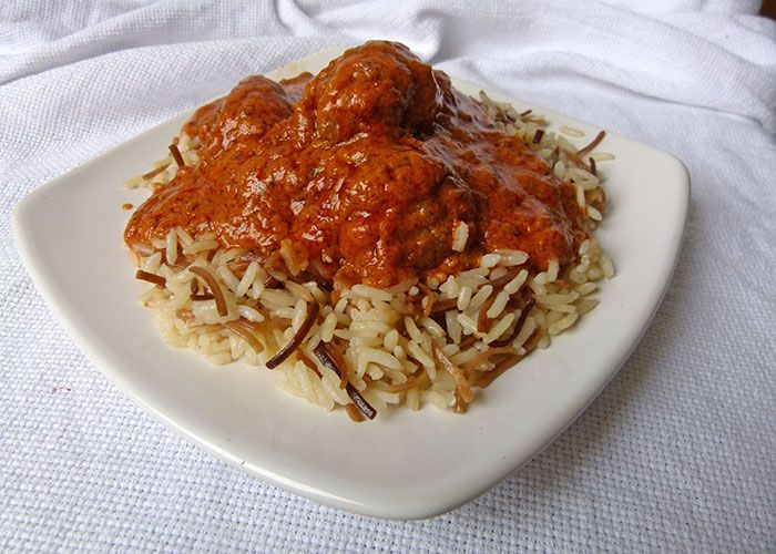 Koftas de carne con Makhani Masala y arroz árabe.