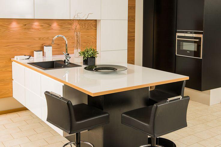 Mustat keittiökaapinovet tuovat ryhdikkyyttä keittiön ilmeeseen. #puuvaja