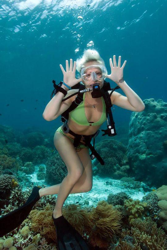 girl scuba diving nude