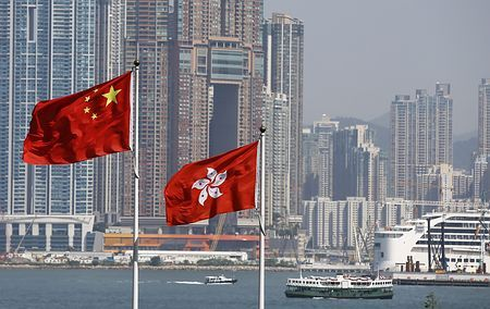 中国国旗「五星紅旗」(左)と香港の旗=10月6日、香港(EPA=時事) ▼11Nov2014時事通信|「自分は中国人」1割切る=香港人意識強まる-世論調査 http://www.jiji.com/jc/zc?k=201411/2014111100932