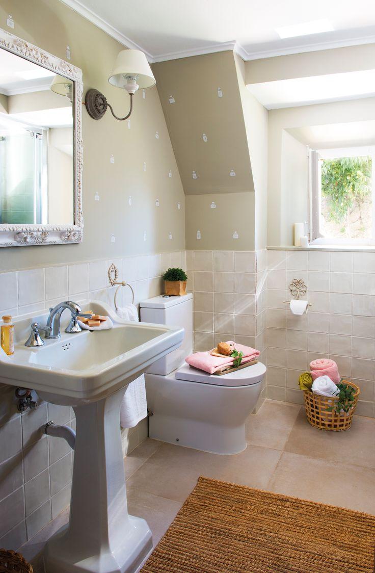 Baño antiguo con arrimadero de baldosa y papel pintado (00438305)