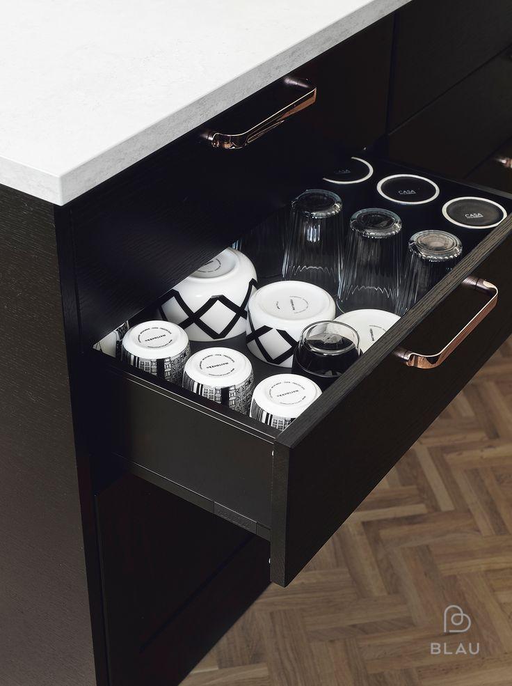 Kuparivetimet mustassa keittiössä luo kauniin kontrastin!