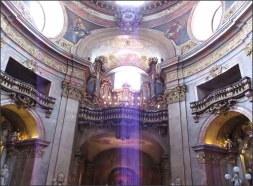 Het mooie interieur van de Sankt Peterskirche in München. #munchen #sanktpeterskirche