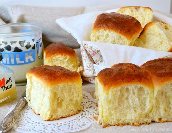 Гавайские сдобные булочки--- молоко 85 мл дрожжи сухие 12 г сахар коричневый 110 г оливковое масло 55 мл сливочное масло 55 г яйца куриные крупные 2 шт. ананасы консервированные 225 г соль 1 щепотка мука 720 г Для смазывания