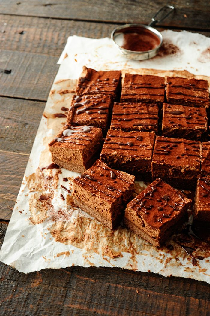 Heerlijk intens en rijk chocolade cake met donkere chocolade. Deze verleidelijke dessert zal de chocoladeliefhebbers zeker te bekoren.