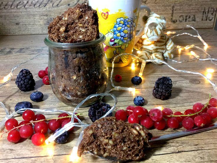 Lowcarb Tassenkuchen mit Datteln - schneller Tassenkuchen mit Walnüssen, Mandeln, Kokosmehl, Kokosöl, Kakao und Datteln. Gesunder Kuchen ohne Mehl.
