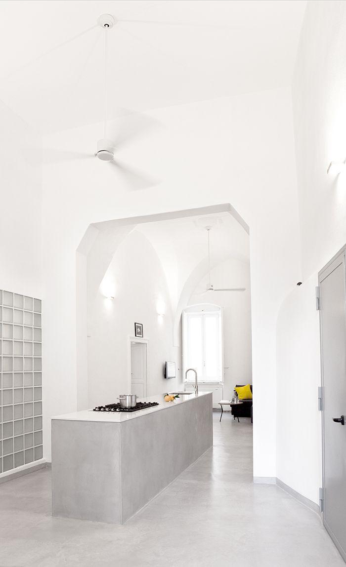 Das Zentrum der Wohnung bildet die große Küche. Kein Wunder, die ist nicht nur sehr schön, sondern auch sehr praktisch, wenn man im Ort so frische, gute  Zutaten zum Kochen findet.