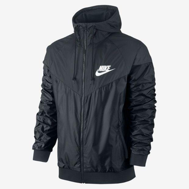 La chaqueta es negra. La uso cuando hacer frio.   Me gusta porque es de Nike.