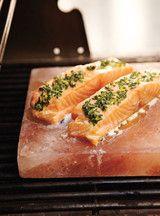 Saumon grillé sur pierre de sel