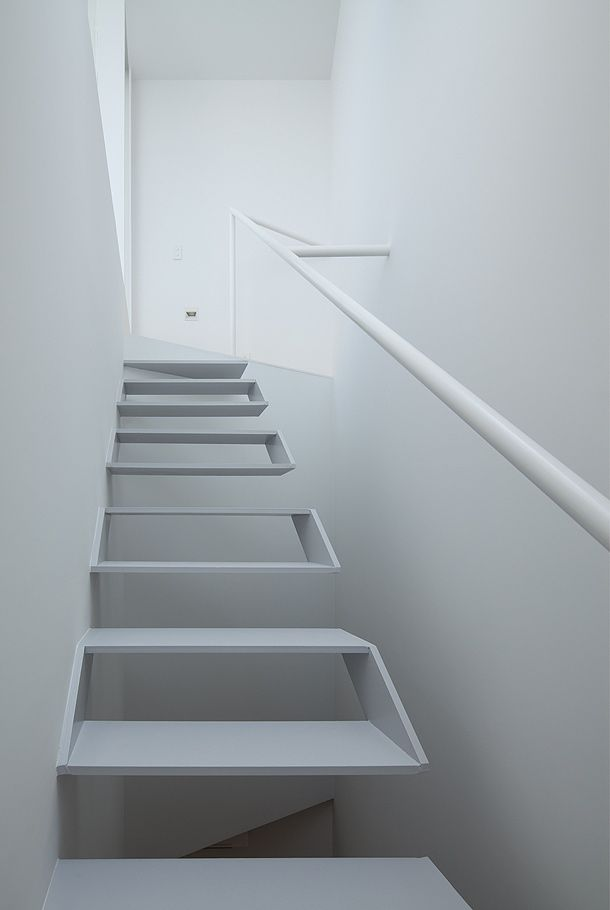 Minimalist staircase - This staircase is an awesome piece of architecture while also being absolutely terrifying. Defiantly not for those who are scared of heights :o