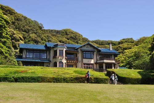 鎌倉文学館のバラを観に行くと言う友人に誘われ<br />初めて行ってきました。<br />全然知らなかったので、ネットで調べたら<br />バラと建物の写真が載っていて、同じ様に撮ろうと思ったら<br />脚立が無いとダメなんだなーと言う<br />背の高いバラが、普通の家の庭くらいの広さの土地に咲き誇っていました。<br />開園にあわせて行きましたが、日当りが良すぎて、バラも見頃は過ぎた感じでした。<br />建物の中は文豪の博物館になっていますが、すごく狭くてビックリしました。<br />ただ、スタッフの方達の感じが良かったので、気持ちのいい時間を過ごせました。<br />坂だし石だし階段だし、駅から少し歩くので<br />健康でないとなかなか大変だと思います。<br />飲食店はないです。飲み物の自販機があります。<br />平日の午前中だったので空いていました。