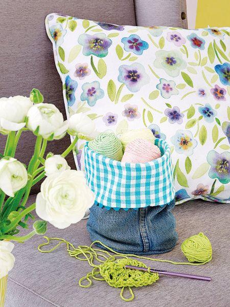 Sacchetto in jeans   Trasformare un pezzo di jeans in un utile e bel sacchetto da cucito sarà facilissimo! Questo sacchetto in tessuto può avere inoltre svariati utilizzi. In cucina per il pane sulla tavola dentro gli armadi per tenere ordine in bagno per cosmetici e accessori e via dicendo. Quindi recuperate un paio di jeans che ormai stanno troppo stretti e procuratevi un po di cotone e passamaneria e procedete così. Tagliate una lunghezza dai jeans di circa 30 cm. Piegate a metà il…