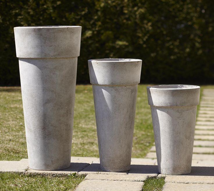 Vous trouverez chez Décors Véronneau de nombreux modèles de pots pour l'extérieur afin d'y déposer fleurs, plantes et arbustes. Faites votre choix parmi des pots sur pied en poussière de marbre, des pots ronds en terre cuite céramiqué de toutes les couleurs, des jardinières en rotin plastifié, des pots rectangulaires en fibre de verre, des pots carrés en terrazzo ou des pots plus légers en plastique.