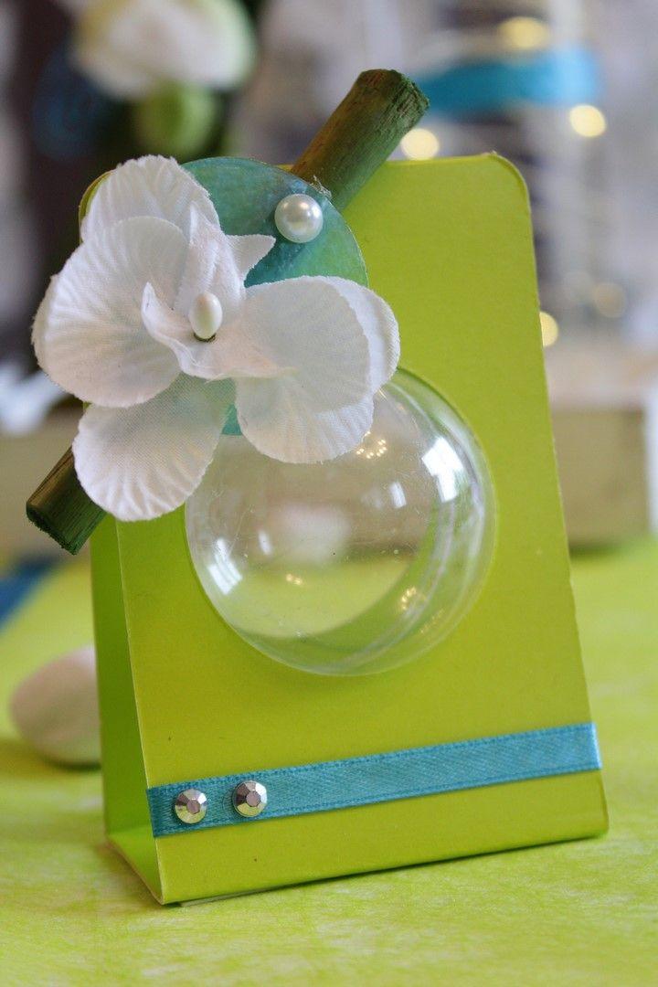 Contenant à dragées original avec ce nouveau portant boule vert anis sur le thème zen orchidée. Avec boule plexi 5 cm pour mettre vos dragées et decoration bambou et orchidée avec nacre bleue.