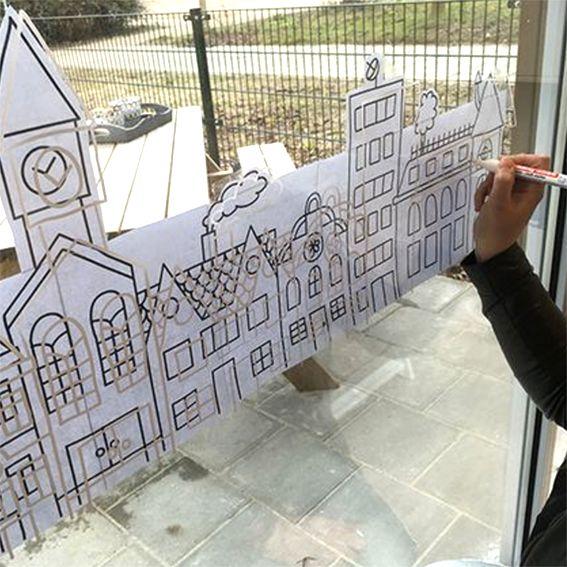 Typisch Hollands straatje met gezellige huizen, kerk en flat.