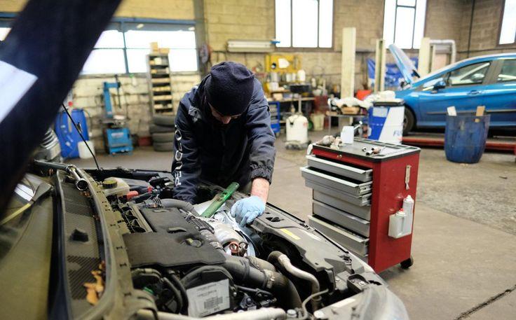 « Avec le gel, la valse des dépanneuses va s'accélérer », prédit Jean-Pierre Oneta en surveillant les arrivées de voitures éraflées ou franchement accidentées devant l'atelier de Vitry-sur-Seine (Val-de-Marne) où son fils, Manuel, supervise la réparation de cinq véhicules. La vague de froid implique en effet plus d'accidents mais aussi un pic de batteries à plat. Ça va en faire, des clients énervés ! Selon une étude que nous révélons* près de la moitié des Français (43...