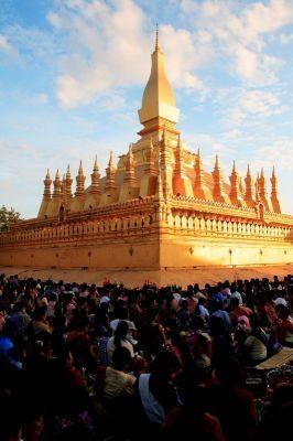 ラオスのシンボル的な仏塔。その高さは45mで黄金に光り輝いている。ラオス 旅行・観光の見所!