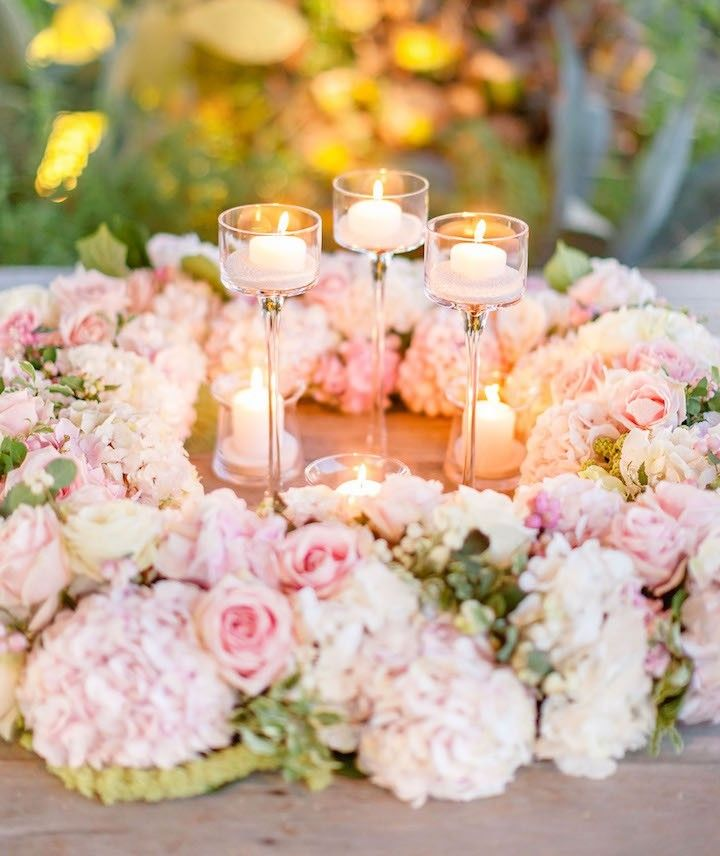 photo: Facibeni Fotografia; Glamorous pink wedding centerpiece