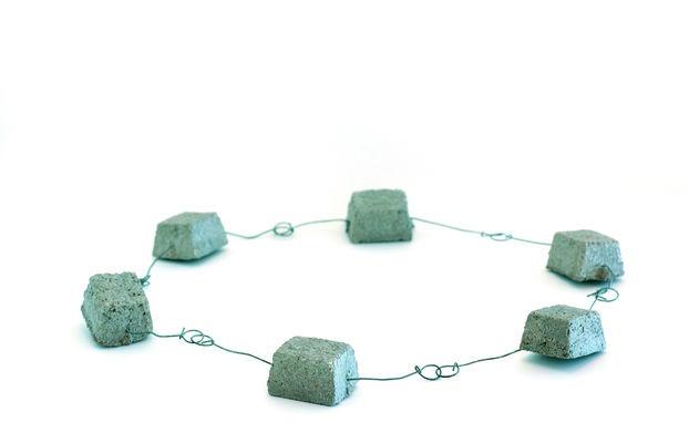 Carole Guinard, Halsschmuck/necklace «J'ai déménagé», 1997