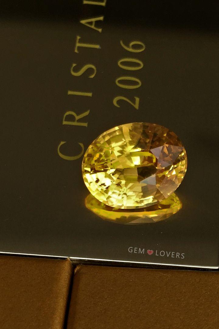 Этот образец природного сапфира имеет выраженный желтый цвет и значительную массу 7.22 карат, что для драгоценного камня такого уровня является весьма существенной величиной. Данный камень имеет природное происхождение и не подвергался облагораживанию. This yellow sapphire 7.22 ct is unheated and clean!  #gemlovers_sapphire #yellowsapphire #sapphirering #gem #gemstone #jewelry #highjewelry #exclusive #engagement #wedding #драгоценности #кольцо #ювелирка #украшение #помолвка #стиль #роскошь…