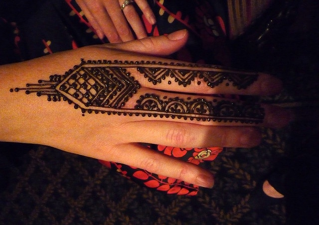 Long geometrical styled henna nicely placed on just two fingers.