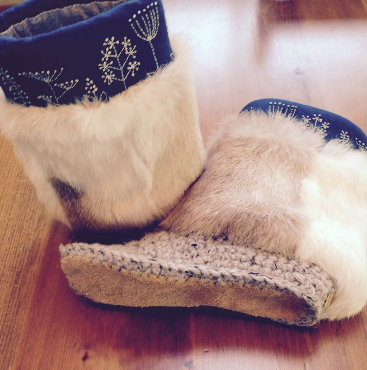 Custom slippers for the beautiful Alana Gibson. Ready to ship across to the oceans to Australia. Upper: Merino wool in colour peacock Design: weeds Shaft: upcycled white rabbit fur Colour: grey marble Soles: elk hide Size: Alana