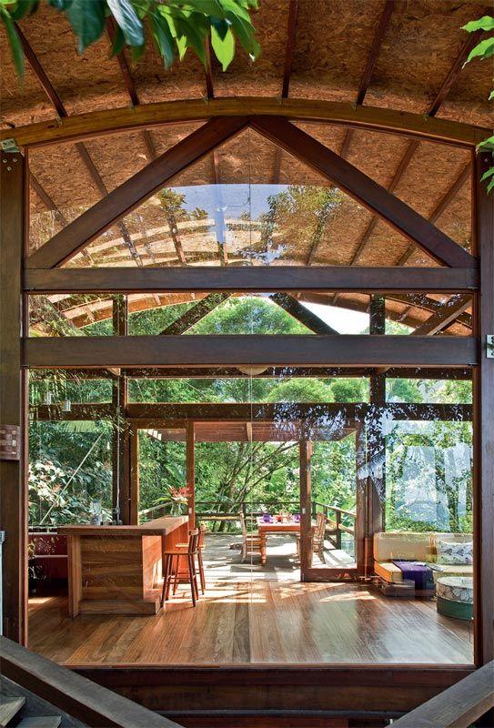 Casa de madeira, na encosta da Mata Atlântica, com vista para o mar - Casa - Painéis de vidro laminado (8 mm), garantem muita luz natural e a vista panorâmica da praia e das ilhas próximas.