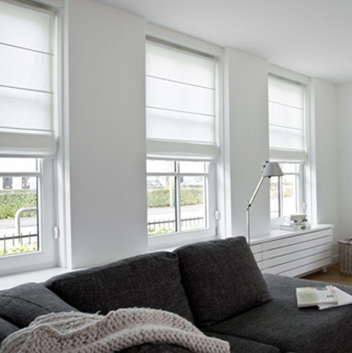 mooie sfeer met vouwgordijnen, witte voudgordijnen geven ruimte, licht, maar ook warmte in de woonkamer. Bestel ze eenvoudig op maat bij MaatStudio.nl