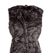 Практичная и удобная кофта, выполнена с использованием искусственного меха, поэтому хорошо согревает в холодную погоду. Оптимальное решение для сезона осень-зима. Дизайнер предусмотрел наличие подкладки. Комбинирование с аксессуарами разных цветов помогут адаптировать кофту под изысканный или повседневный стиль. Длина – 68 см. за 3999р.- от Otto