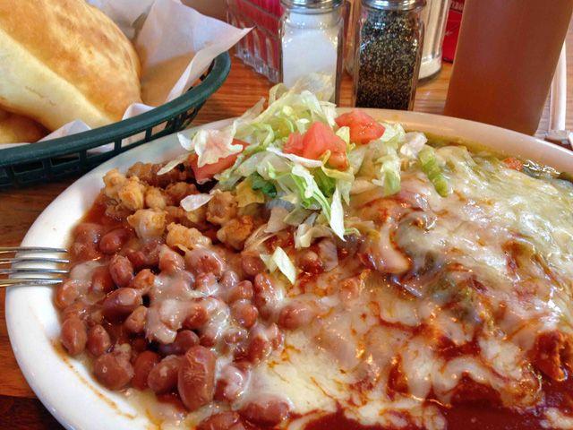 通算79回目ニューメキシコ州出張 2013(平成25)年11月26日(火)~12月4日(水) <備忘録編> 7日目 アメリカ時間で12月2日(月)実働最終日 Tortilla Flats(トルティーヤ・フラッツ)で「Chikin Enchilada Plates(チキン・エンチラーダ・プレート)」を食べる事にした。相変わらず、何が何だかわからないるルックス、そしてエンチラーダもブリトーもみんな同じ味に思えてしまうのだが・・・(苦笑)