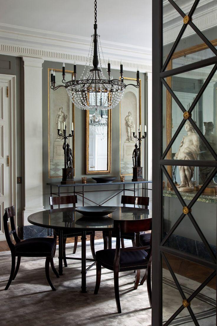 Столовая. Круглый обеденный стол и металлическая консоль сделаны по эскизам Фредерика Мешиша. Антикварные английские стулья и люстра,1930-е годы.