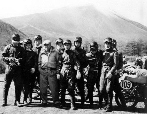 浅間山を背景に、本田宗一郎(左から4番目)とライダーの面々。  世界を夢見て-マン島TTレースへの挑戦-2