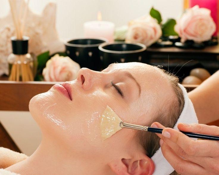 Gesichtsmaske mit Quark und Honig für trockene Haut