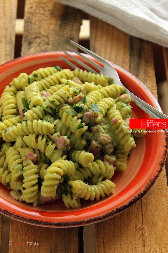 Pasta con crema di peperoni verdi e pancetta