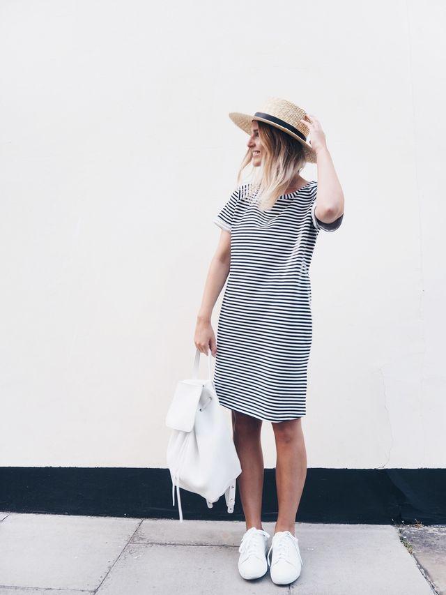 T-shirt dress, vestido blusão, listrado preto e branco, tênis branco.
