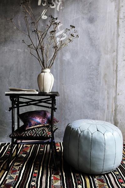 Stilleben: Stor læder marokko pude 2250 kr. Anatolsk kelim 4350 kr. Unika puder fra 399 kr.