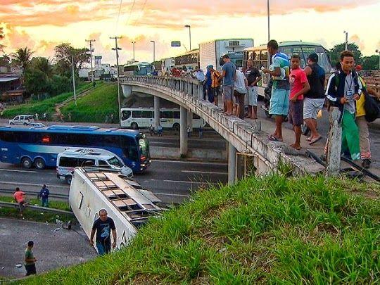 Um ônibus da empresa São Cristóvão despencou de um viaduto na BR-324, principal rodovia que dá acesso a Salvador, na manhã desta desta terça-feira (9).