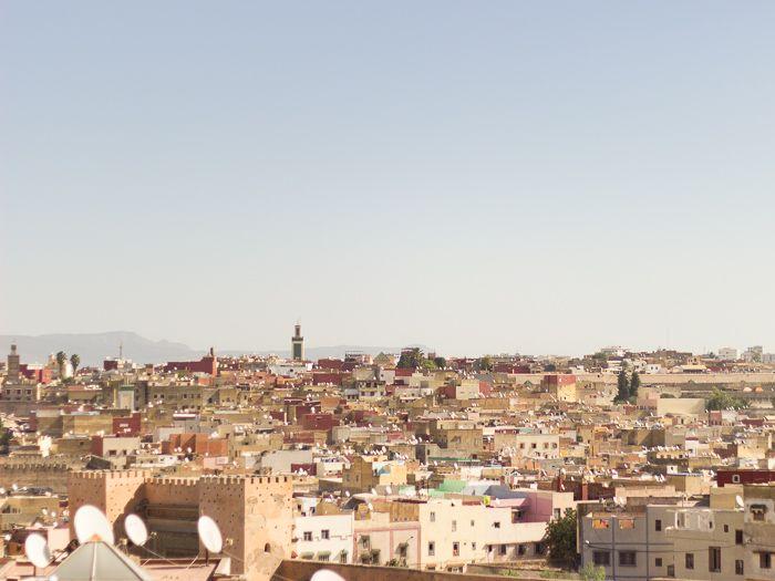 Das Gefühl der absoluten Fremdheit 10 Tage bin ich bereits in Marokko, als ich diese Zeilen schreibe. Und so richtig wohl fühle ich mich noch nicht. Tagelang grübele ich darüber woran das liegt. Warum ich die meiste Zeit schlechte Laune habe und mich oft für Stunden einfach in meine Unterkunft verziehe, um durchatmen zu können. Sobald ich die Straßen und […] The post Das Gefühl der absoluten Fremdheit appeared first on Pink Compass.     *********************************** Du willst auch…