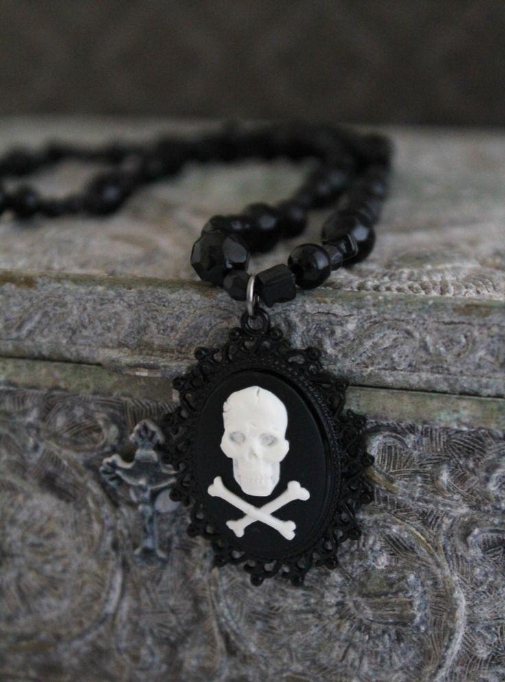 Crâne camée Goth collier Psychobilly, Steampunk victorien, horreur Vintage, Psychobilly, Goth par bobbytrouble sur Etsy https://www.etsy.com/fr/listing/216904516/crane-camee-goth-collier-psychobilly