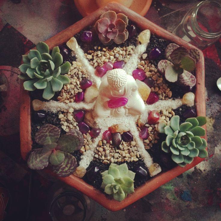 Altar hexagonal con Buda blanco.