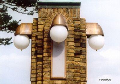 Op basis van oud fotomateriaal heeft DE NOOD de verlichting op de postbrug te Den Helder in oorspronkelijke staat hersteld. Aan weerszijden van vier stenen pilaren zijn zowel de bollen als de zijwaartse verlichting gereconstrueerd. Dit alles is gebeurd aan de hand van oude tekeningen en een ornament van het originele verlichtingsobject.