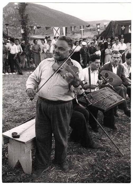 DAVID SEYMOUR.ΔΕΛΦΟΙ - δεκαετία 1960 - ΛΑ'Ι'ΚΟΣ ΟΡΓΑΝΟΠΑΙΧΤΗΣ ΣΕ ΠΑΝΗΓΥΡΙΑ
