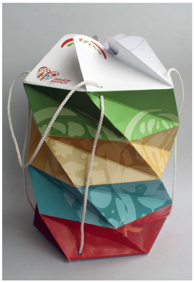Peça total feita em cartão. Formato em acordeão jogando com a sua forma hexagonal. Resistente até 2kg. Autoria: Edite Felgueiras e Pedro Carvalho