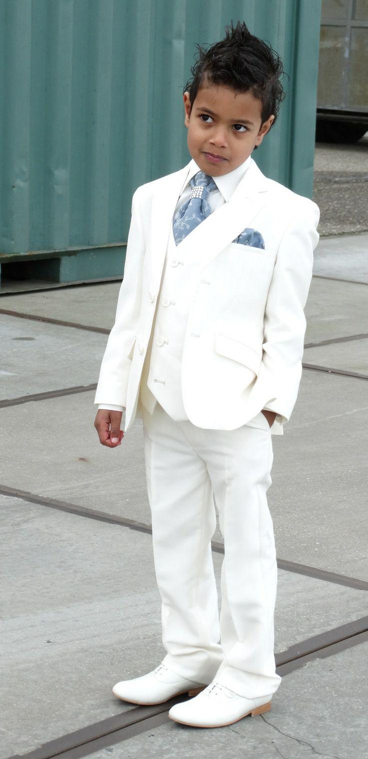 Stoer en stijlvol is dit bruidsjonkertje in zijn kostuum van Corrie's bruidskindermode. Bruidsmeisje, bruidsjonker, bruidskinderen, trouwen, bruiloft, huwelijk. bruidskindermode.nl