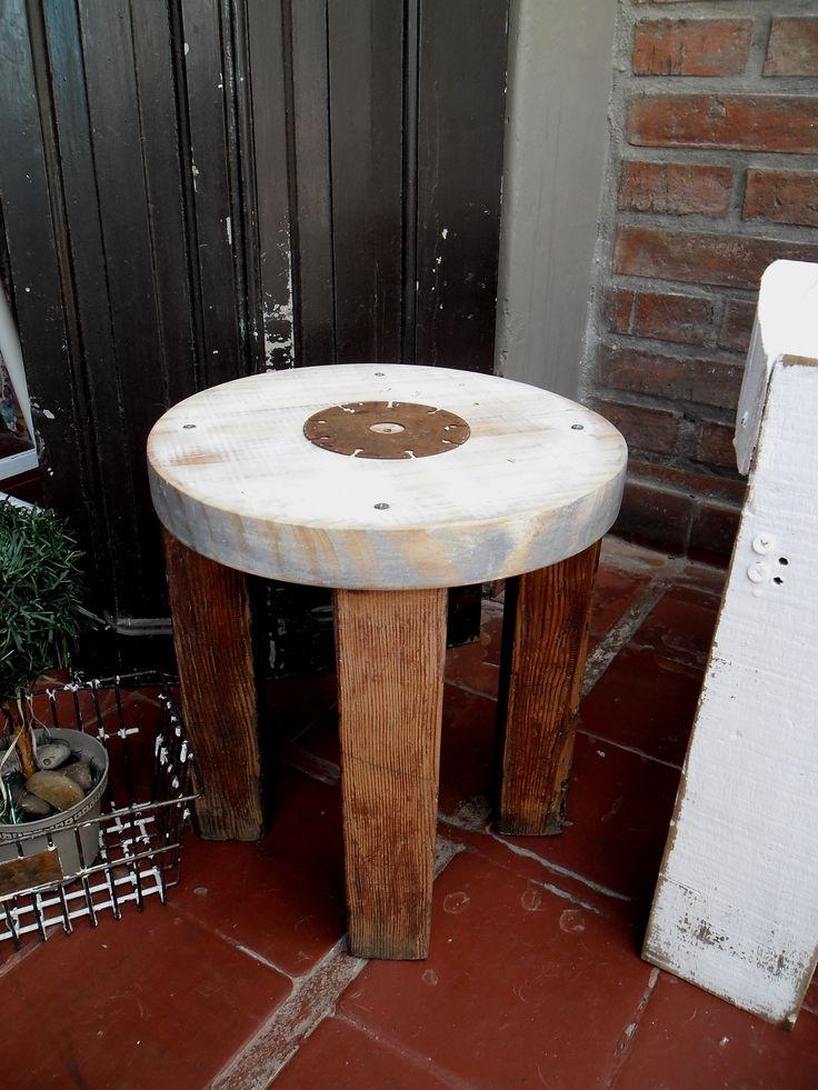 https://www.pinterest.com/nadasepierde/bancos-y-sillas/ Banquito con patas de pino tea y aplique óxido