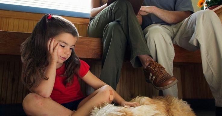 Síntomas de obstrucción intestinal en perros. Si tu perro come algo que no debe, existe la posibilidad de que el objeto extraño pueda quedar atrapado en los intestinos. Otras veces, hay un problema estructural con los propios intestinos que causa una torsión, giro o acción telescópica que se une a los movimientos normales de los alimentos y líquidos a través del intestino. Un intestino ...