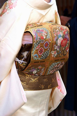 Second day of Makino's erikae: close up of the obi