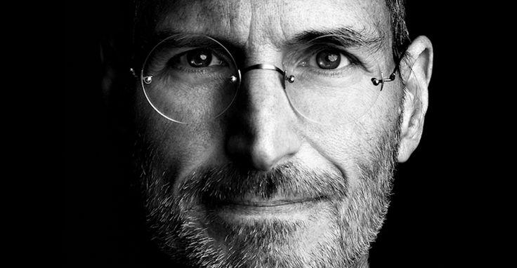 """Hoy 24 de Febrero #SteveJobs estaría cumpliendo 60 años.   No te pierdas nuestro articulo en el que te mostramos como Steve Jobs revoluciono el mundo de la tecnología. http://bit.ly/1ErYhbF   """"La calidad es más importante que la cantidad. Un """"home run"""" es mejor que dos dobles."""" - Steve Jobs"""
