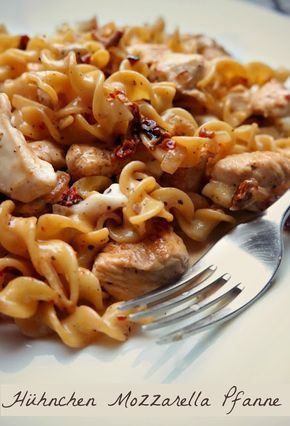 Rezept: Cremige Nudelpfanne mit Huhn, Mozzarella und getrockneten Tomaten